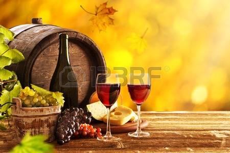 31784031-vin-encore-la-vie-verre-jeune-vigne-et-grappe-de-raisin